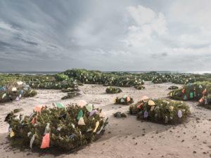 Mallorca; Sand; Strand; Meer; Plastiktüten; Umwelt; Umweltverschmutzung; Meeresverschmutzung; Plastk-Müll; Kunst-Installation; Naturschutz; Umwelt;