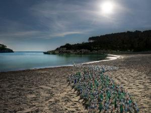 Mallorca; Insel; Sand; Strand; Meer; Küste Plastiflaschen; Umwelt; Umweltverschmutzung; Meeresverschmutzung; Plastk-Müll; Mond; Nacht; nachts Kunst-Installation; Naturschutz; Umwelt